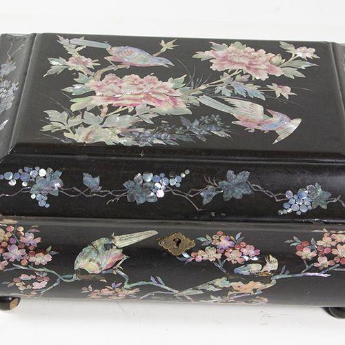 Art et objets d'Asie Boîte à couture en laque d'exportation chinoise, décor en i…