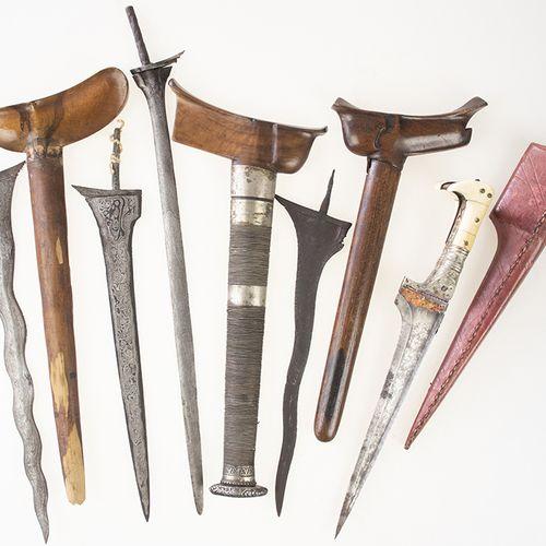 亚洲艺术和物品 三把印尼无柄鸢尾刀和一把鸢尾刀,另外还有一把波斯皮鞘匕首 最大的:47.5厘米,有磨损的痕迹 。