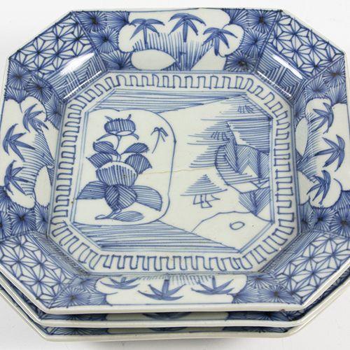 Art et objets d'Asie Trois assiettes carrées japonaises bleu et blanc, Japon, 19…