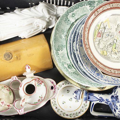 Porcelaine, faïence, etc. Assiettes en céramique, support de burette, figurine e…
