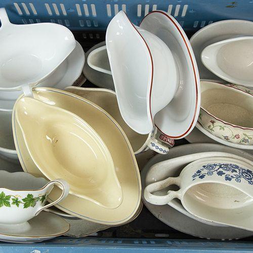 Porcelaine, faïence, etc. Une collection de 15 saucières de différents pays
