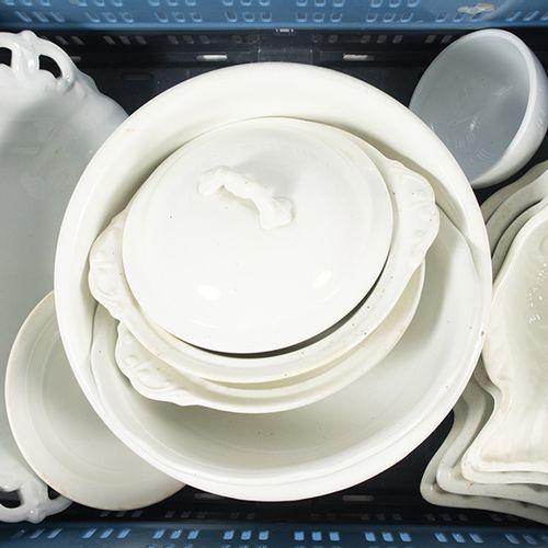 Porcelaine, faïence, etc. Une collection d'articles en porcelaine blanche : troi…
