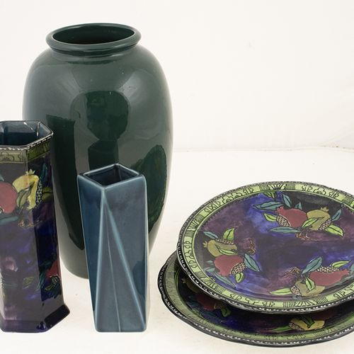 Porcelaine, faïence, etc. Deux assiettes en céramique d. 22,5 cm et vase h. 19,3…