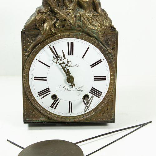 钟表 一台彗星钟,白色珐琅表盘,罗马数字,铜箔支架和18世纪服饰的爱侣装饰,地址:Muratet, à L'Isle d'Alby, 20世纪 表盘有裂痕。