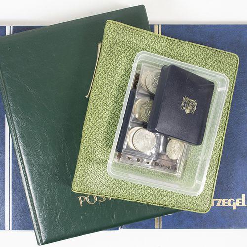 Pièces de monnaie, médailles, etc. Boîte avec quelques albums de timbres du mond…