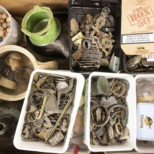 Archéologie et trouvailles Un grand lot avec plusieurs objets et artefacts : un …