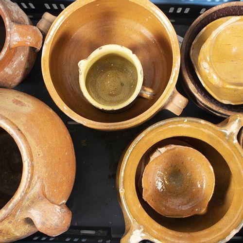 Porcelaine, faïence, etc. Une collection de cruches, pots, plats et deux lampes …