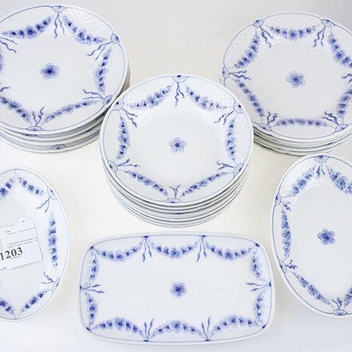 Porcelaine, faïence, etc. 13 assiettes plates, neuf assiettes creuses et trois p…
