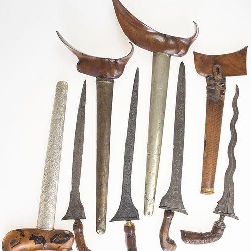 亚洲艺术和物品 四把印度尼西亚的木质刀柄,一把带银色金属鞘,其他的带木质鞘,其中两把带金属衬里 最大的:51厘米,有磨损的痕迹 。