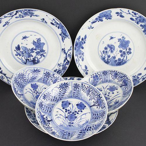 Art et objets d'Asie Trois assiettes en porcelaine de Chine à décor de fleurs et…