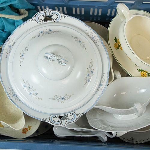 Porcelaine, faïence, etc. Une collection de 15 saucières de différents pays et u…
