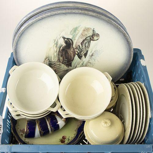 Porcelaine, faïence, etc. Six tasses à soupe et soucoupes en porcelaine avec mot…