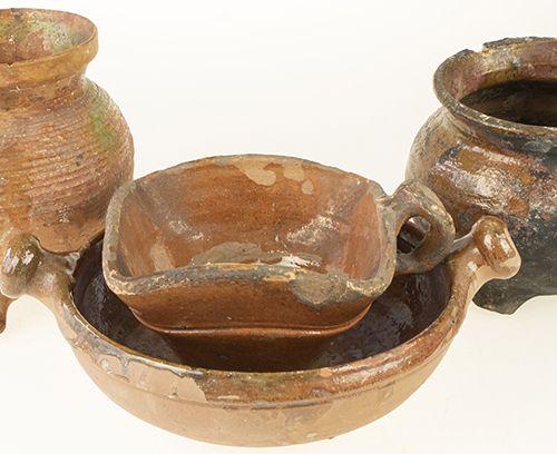 Porcelaine, faïence, etc. Trois cruches en poterie à vernis brun et un plat à de…