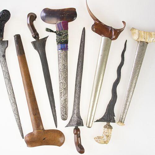 亚洲艺术和物品 四把印度尼西亚克里瑟,三把有木柄,一把有石柄,两把有银色金属鞘,其他的有木鞘,其中一把有金属衬里 最大的:54厘米,有磨损的痕迹。
