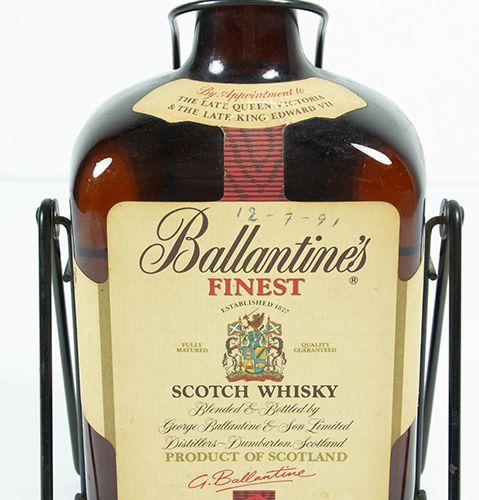 Vins, whisky, etc. Bouteille de trois litres de whisky écossais Ballantines 44 %…