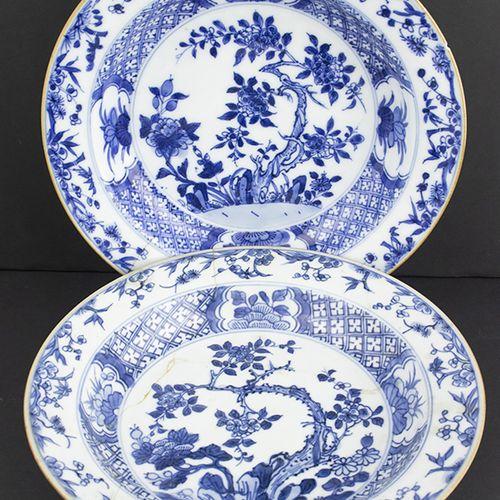 Art et objets d'Asie Deux plats en porcelaine de Chine à décor floral en bleu so…