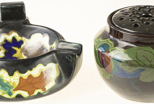 瓷器、土器等。 带花卉装饰的陶制玫瑰花瓶和带抽象花卉装饰的火柴盒,Arnhemsche Fayencefabriek,宝莱坞时期。
