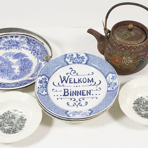 Porcelaine, faïence, etc. Deux plats à anse pivotante, une assiette murale, deux…