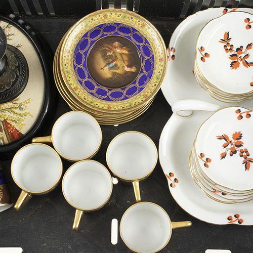 Porcelaine, faïence, etc. Un plat à cacahuètes avec douze petits plats, Württemb…