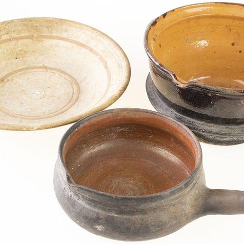 Porcelaine, faïence, etc. Deux grands pots en poterie brune et un grand plat en …