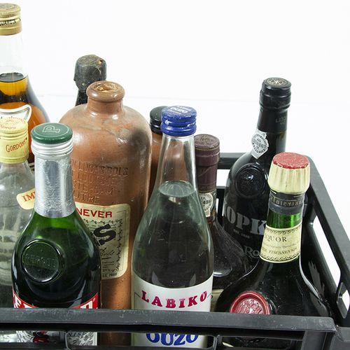 Vins, whisky, etc. Bouteille de D.O.M. Bénédictine, bouteille de porto Kopke Vin…