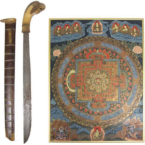 亚洲艺术和物品 一把爪哇Golok剑,角质手柄,形状像一只鸟,19世纪末/20世纪初 64厘米 ,还有:一幅有框唐卡,布面油画,20世纪 49 x 37厘米 。