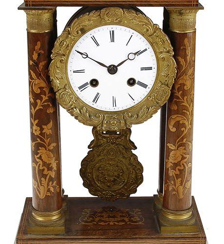 Pendules Pendule de cheminée en acajou décorée d'intarsia et munie d'un mouvemen…