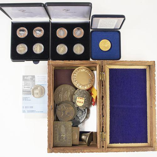 Pièces de monnaie, médailles, etc. Une collection de pièces et de médailles dans…