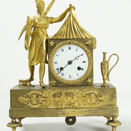 Pendules Pendule de cheminée en bronze orné d'une Aurore ailée et d'un flambeau,…