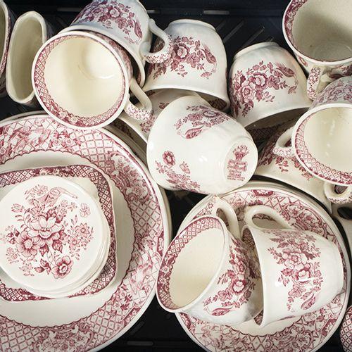 瓷器、土器等。 Mason's Pink Stratford: 14个咖啡杯和12个碟子,7个装汤杯的盘子,盐罐,3个烟灰缸等。