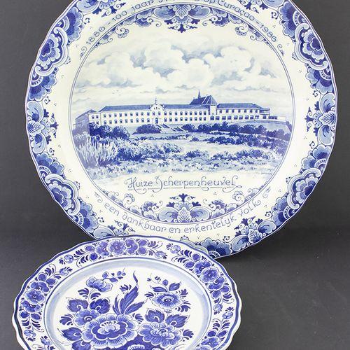 Porcelaine, faïence, etc. Trois assiettes en faïence de Delft avec des scènes de…