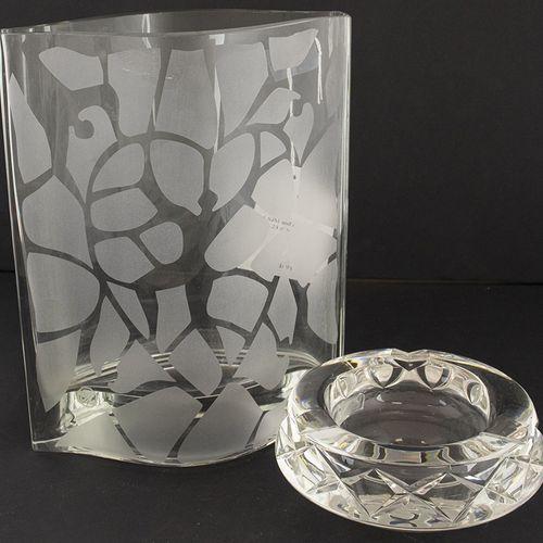 玻璃器皿 杂项 部分磨砂玻璃花瓶,标记为SJM,烟灰缸,标记为EB,20世纪中期 花瓶长24厘米 .