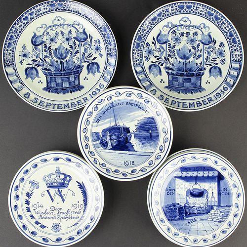 Porcelaine, faïence, etc. Onze assiettes en faïence à décor bleu et blanc : huit…