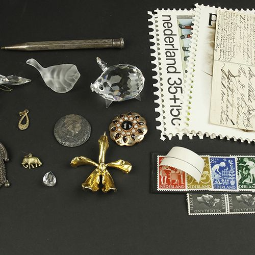 Bric a brac A mixed lot with several items including some stamps, a silver pen, …