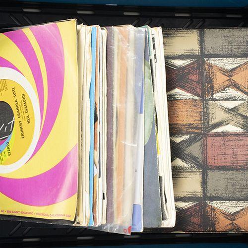 Gramophones and phonographs Circa 40 André Hazes vinyl singles (45 rpm), etc.