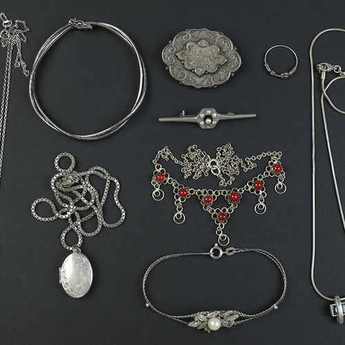 Silver jewellery Silver bracelets, broches, necklaces, etc. Ca. 174 grams