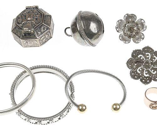 Miscellaneous jewellery and bijoux Jewellery including silver, bracelets, pendan…