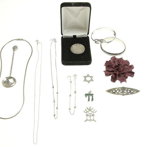 Silver jewellery Silver bracelets, pendants, etc.