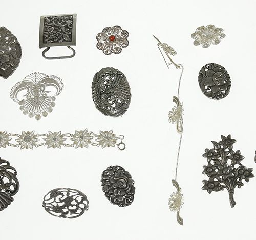 Silver jewellery Indonesian silver broches, bracelet and pendant, among which Dj…