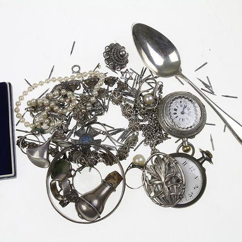 Miscellaneous jewellery and bijoux Zilveren sieraden, armbanden, broches, etc., …