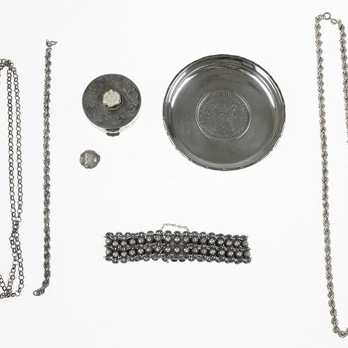Silver jewellery Silver necklaces, bracelets, pill box and coin dish 131 grams