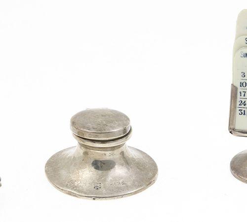 Silver objects Netherlands 1e gehalte zilveren inktpotje, schelpvormig pillendoo…