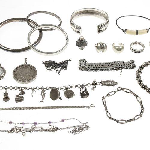 Silver jewellery Zilveren sieraden, armbanden, hangers, ringen, etc., diverse ge…