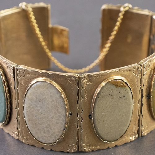 Gold jewellery and objects 14k yellow gold bracelet with eight engraved panels s…