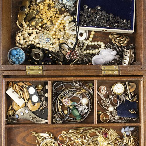 Miscellaneous jewellery and bijoux Wooden sewing box with byoux, bracelets, broc…