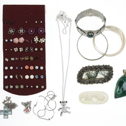 Miscellaneous jewellery and bijoux Byoux, among which silver, broches, bracelets…