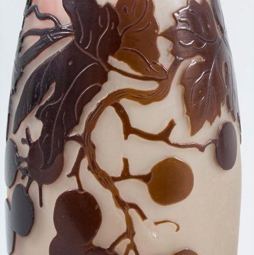 Jugendstil Vase mit Wein / An Art Nouveau cameo glass vase with wine, Emile Gall…