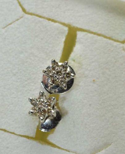 Paire de BOUCLES d'oreilles fleurs en or gris (750 millièmes) sertie de petits d…