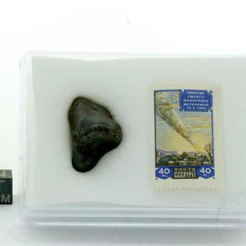 Sikhote Aline 21,80g + Timbre 1957 Sikhote Aline meteorite of 21.80 g, fallen in…