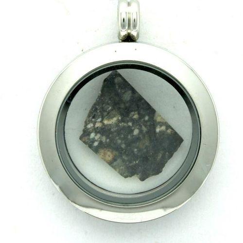 Météorite lunaire dans médaillon Medallion containing a real fragment of the moo…